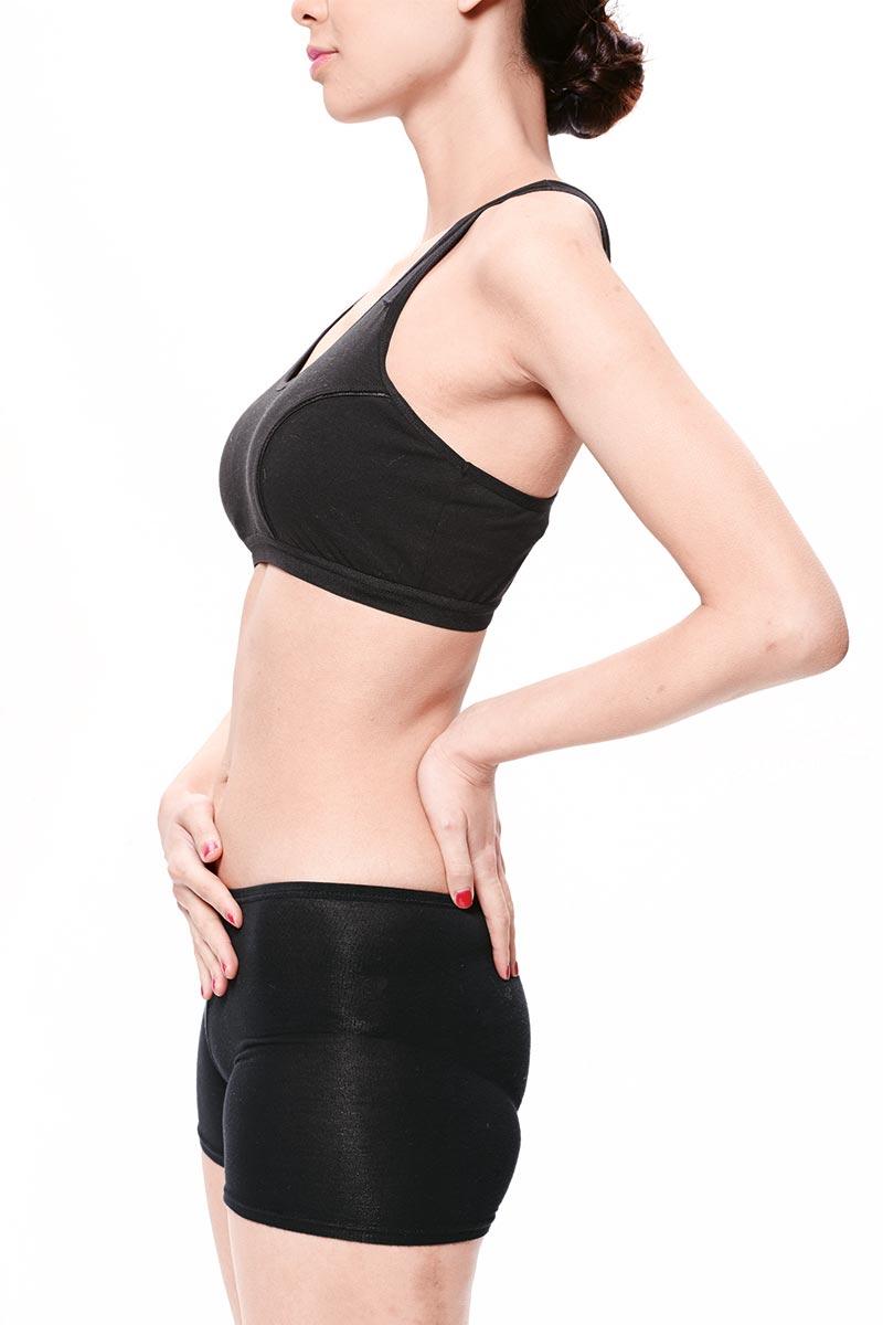 1. 要知道动作是否正确,可将左手放在背部,右手放在腹部,吸气时腹部应慢慢凹陷下去,感觉就好像整个腹部被往上提拉。