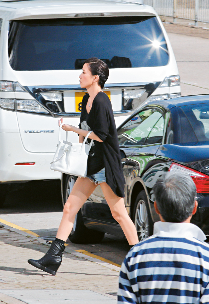 天气炎热,阿佘穿短裤大秀长腿,还挽了一个十几万港币的白色Hermes袋!