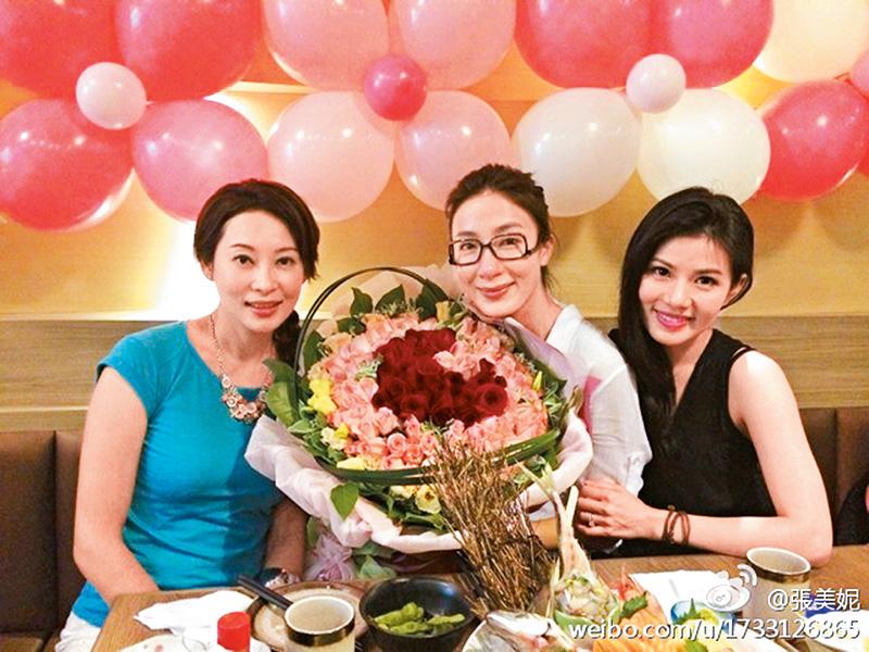 阿怡生日,谦谦因工作不能陪伴,但托杨怡姐姐杨卓娜和好友张美妮代为送上惊喜生日派对,现场布置了很多气球,还有超大束红玫瑰,难怪阿怡感动到哭啦!