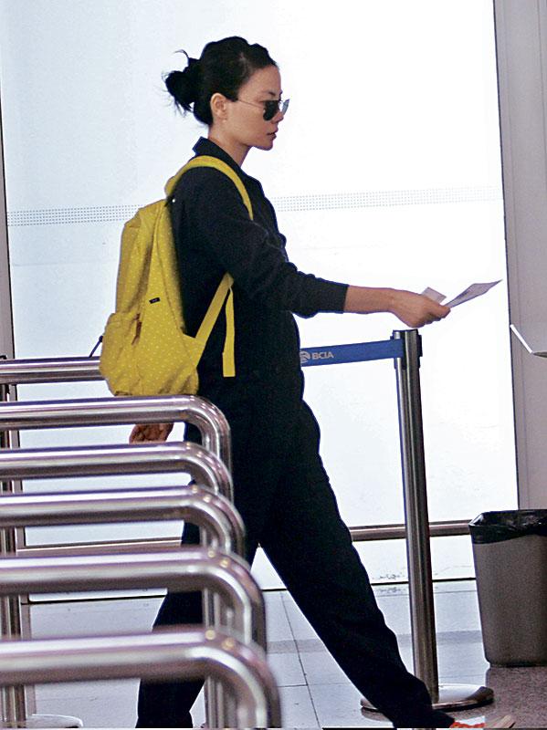 据知王菲此行未有预订回程机票,估计她有可能在台北等候谢霆锋飞往相会。