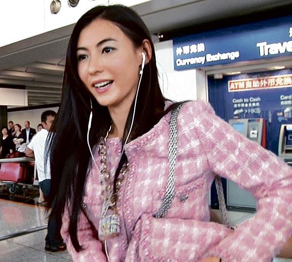 晒日本战利品 9月28日,在日本玩足5日后,张柏芝和新欢分道扬镳,Earn返回新加坡,她则飞香港拍摄《明星到我家》,穿上在日本购买的全新Chanel秋冬新装、手拿男友送的新款粉红色tweed bag,全身行头至少10万港币。