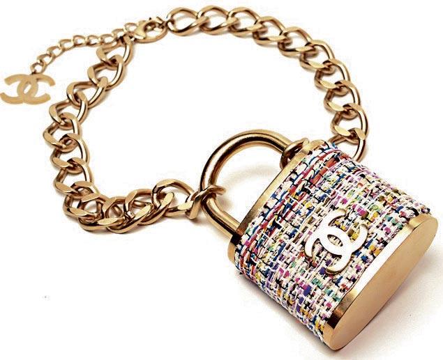 张柏芝戴上Chanel最新扣颈链,价值1万9100港币。