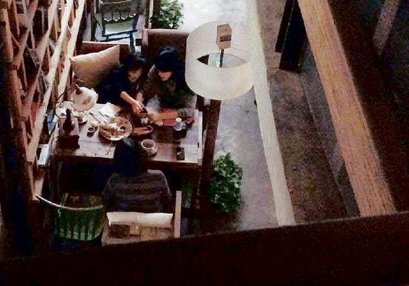 日前王菲被网友拍到,跟前奶奶和小女儿李嫣在北京一家茶室喝下午茶,平日不苟言笑的王菲,与女儿谈不停,又带女儿到茶室外的公园走走。