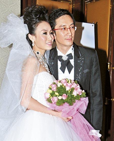 06年在中国节目《舞林大会》中,吴启华高调求婚,翌年为迁就女方在长春家乡摆酒。