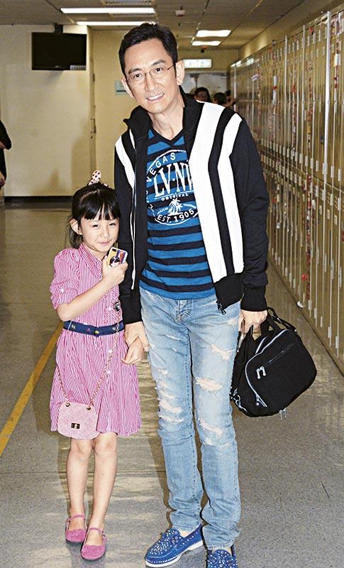 带女儿同行 台庆亮灯当晚,吴启华带了女儿进电视城,这段时间石洋子亦身在香港,但料想她又有事忙,才令吴启华亮灯都要带女儿同行。