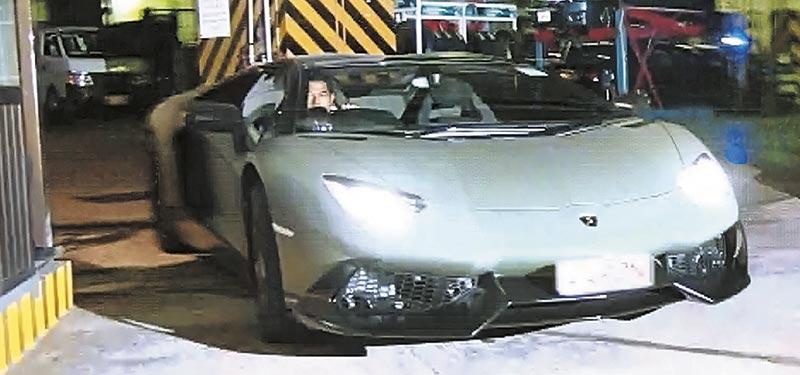 """800万""""新欢"""" 城城驾新买的Lamborghini,穿梭私窟停车场,逢弯过弯,引擎声呼啸,如拍《头文字D》。"""