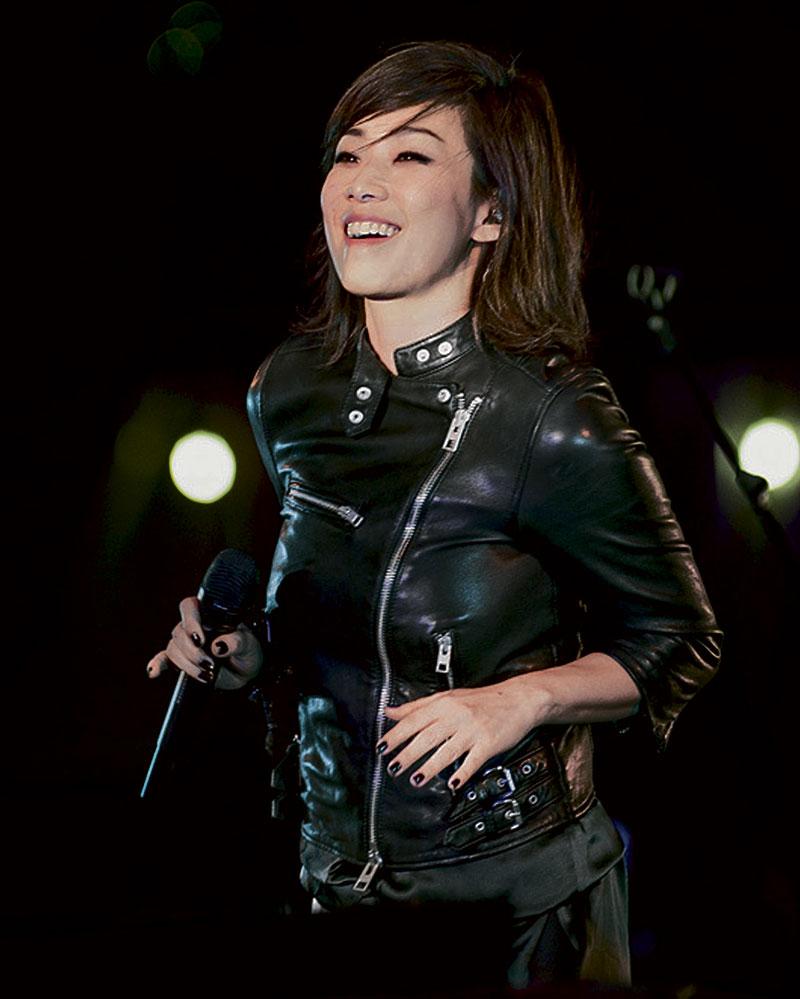 上海音乐节上,有男友在台上伴奏,林忆莲特别风骚,即使唱惨情歌,但由头甜笑到尾。