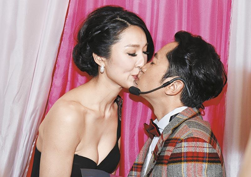 吻到鼻歪 王祖蓝和李亚男徇众要求,一吻再吻,王祖蓝肉紧吻到李亚男鼻都扁,如同预演婚礼。