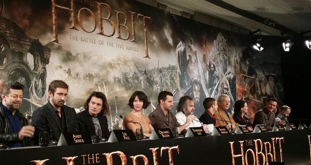 导演Peter Jackson(左6)依旧已著称的随性打扮和发型出席记者会。