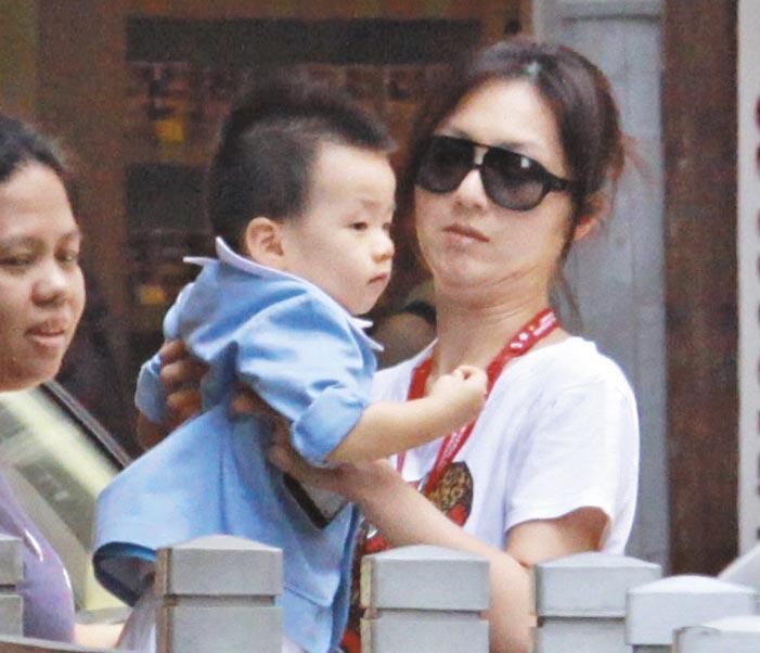 忍痛抱子 Miriam因抱孩子搞到手患筋膜炎,但仍抱Torres上保母车。