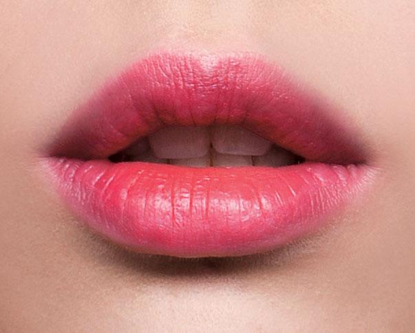 今季的红唇不再以线条结实为主,唇边位色泽松松的且带matt效果,令唇色有种似有还无的感觉,感性又优雅。
