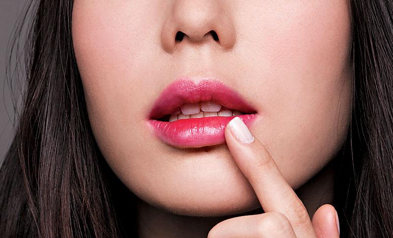 Steps 2 用手指印松唇边的颜色,使唇色看来如雾化般。
