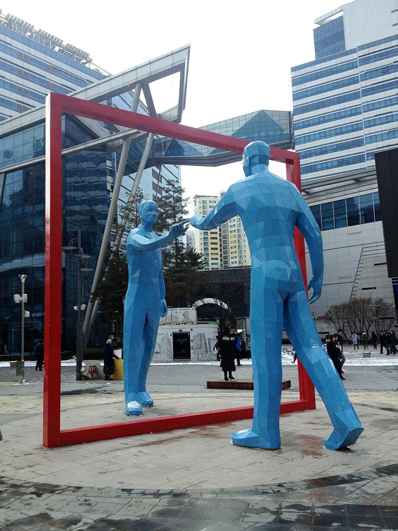 优先爆料! MBC外的巨型蓝色人物雕像,吸引好莱坞眼球,《The Avengers 2》早前特地拉队到此,拍摄Scarlett Johansson跳机登陆地面的情节。据知,电影《Star Trek》的制作公司也相中这个景点,已来视察拍摄的可能性。