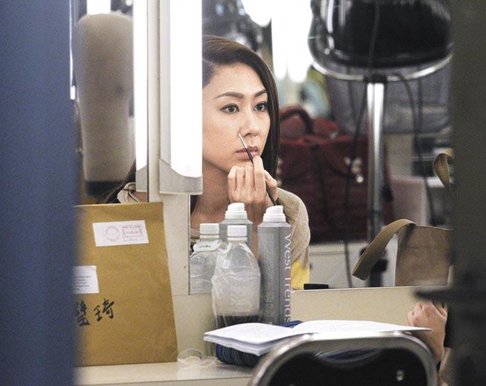 对镜发呆 胡定欣在化妆间,对住镜发呆,PA叫大家进厂,她好像灵魂出窍完全听不到,PA上前拍她肩膀才有反应。