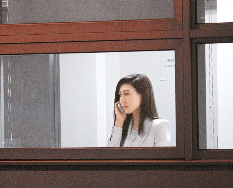 上月27日,胡定欣于活动后返回电视城拍新剧《鬼同你OT》, 入厂前,胡定欣在化妆间外走廊讲电话,突然情绪激动,讲到眼湿湿,一度冲入洗手间,良久才出来。