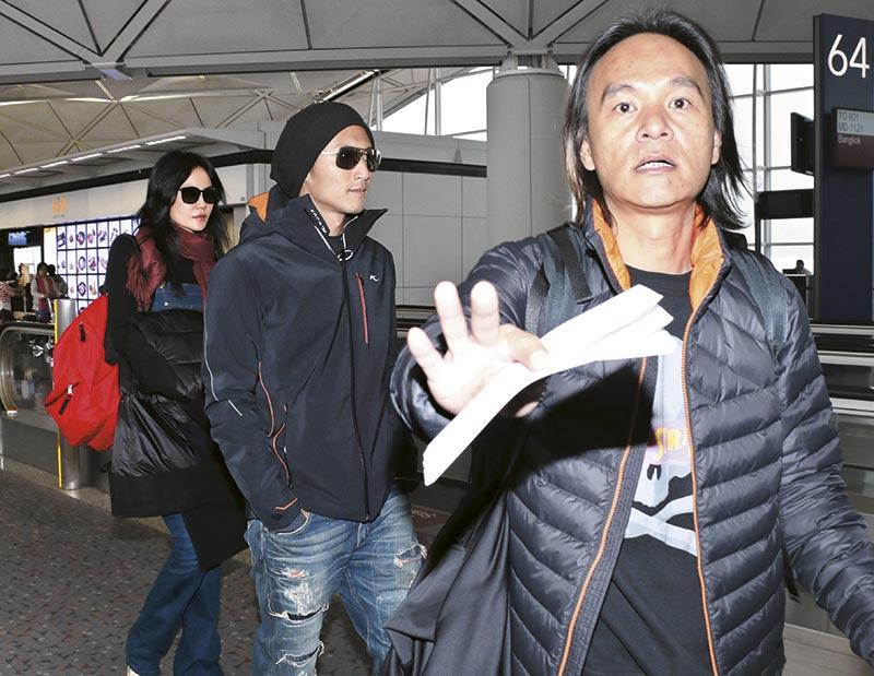 锋菲准备登机时,《东方新地》记者上前拍照,霆锋助手大为紧张上前挡镜头,霆锋却悠然自得向前行,阿菲甜笑从后跟住男友。