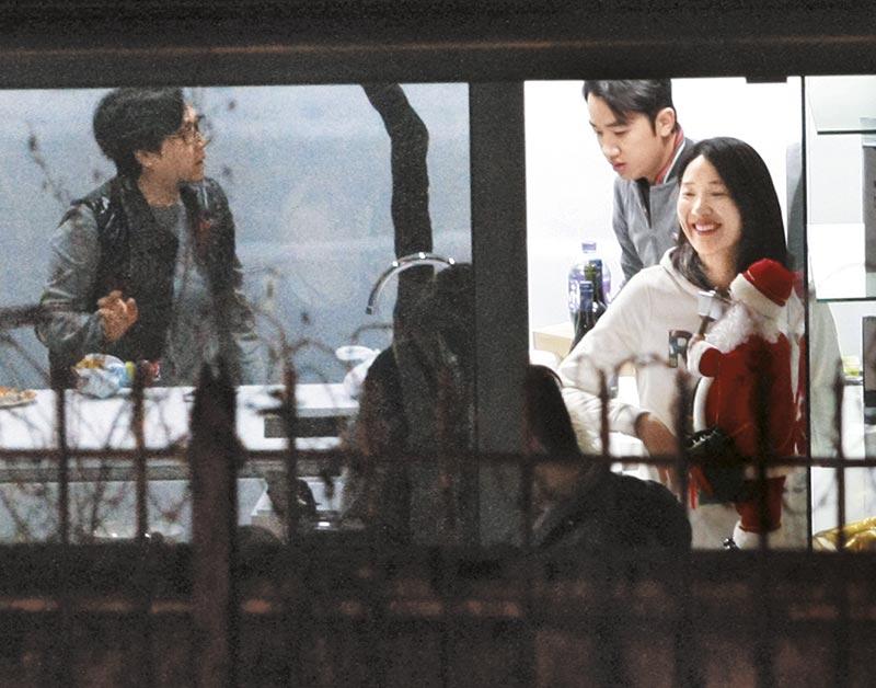 自顾聊天 王祖蓝母子忙于在厨房预备,李亚男没打招呼,自顾与王祖蓝妹聊得开怀。