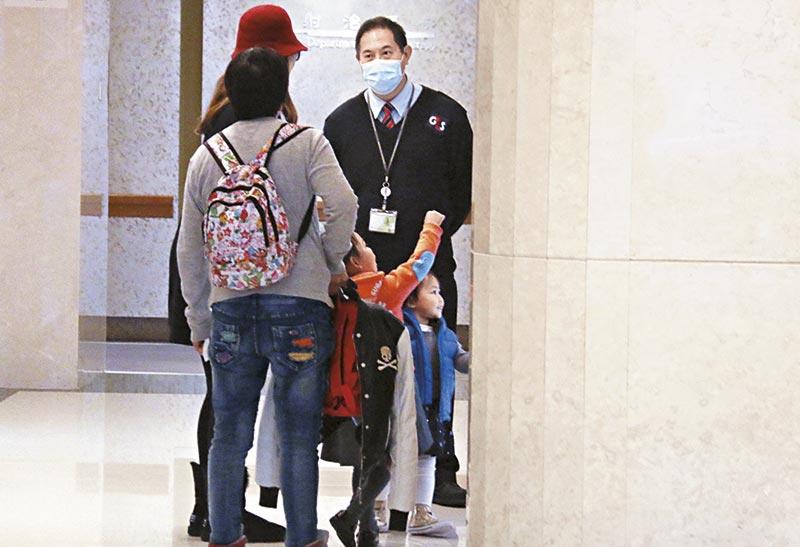 蔡少芬大女儿楚儿与其他小朋友一样手多多,走到医院大堂第一时间冲去玩电梯。
