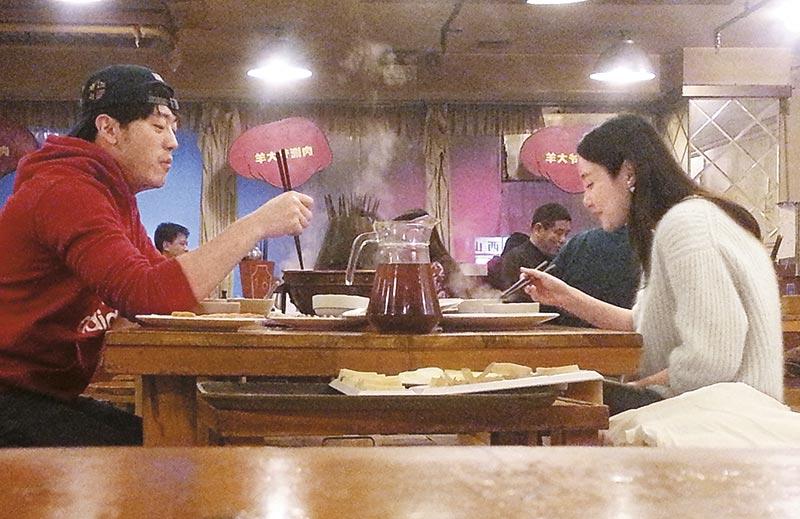 """寒冬吃火锅 石洋子拋开人妻和""""明星""""身份,与男友光顾平民化涮锅店。"""