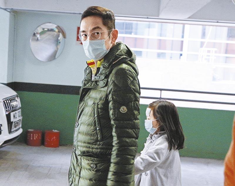 发火! 吴启华带女儿看医生,受女儿发烧影响,平日态度友善的吴启华脸臭臭。