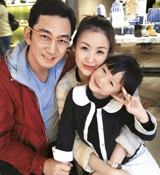 吴启华07年迎娶年轻21岁的长春姑娘石洋子,隔年诞下女儿熙儿,三口长期分隔异地,老夫少妻、中港婚姻问题浮现,去年10月宣布离婚。