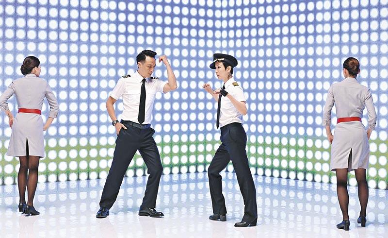 虽然Sammi落力跳舞,但平胸始终没什么看头,不及两位空姐的开衩裙那么抢镜!