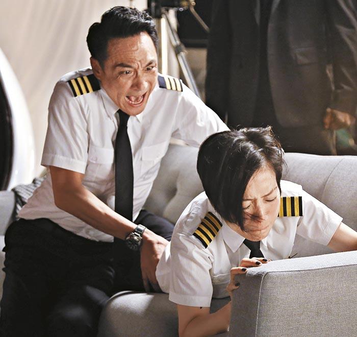 Sam哥要帮Sammi推拿松骨,导演邹凯光还教Sammi做表情。