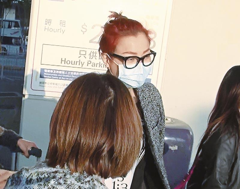 素颜Sammi虽然全程戴口罩,但心情劲靓,亲手接过fans送的礼物。