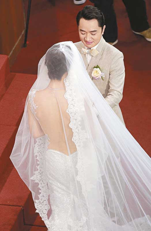 李亚蓝的大露背婚纱性感华丽,而王祖蓝从岳父手上接过新娘后,忽然哭起来。