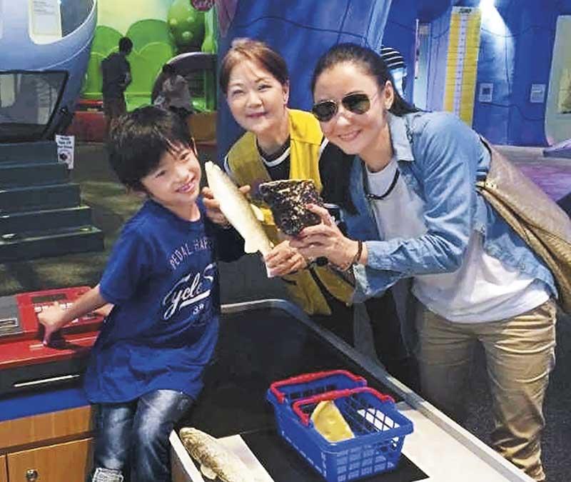 和儿子度情人节 情人节当日, 张栢芝已返回新加坡,找两个儿子Lucas和Quintus陪过情人节,一家三口去科学馆玩了一个下午。