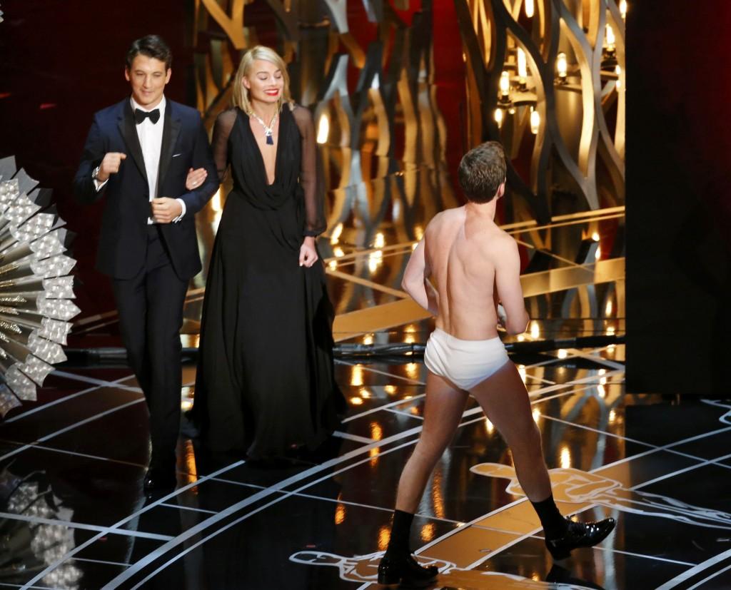 >>似模似样 主持人Neil Patrick Harris模仿《Birdman》男主角Micheal Keaton在戏里只穿条白色内裤到处游走的安排,除了让观礼影星爆笑不已,更让随后上台颁奖的Miles Teller 和Margot Robbie都不敢正视他!