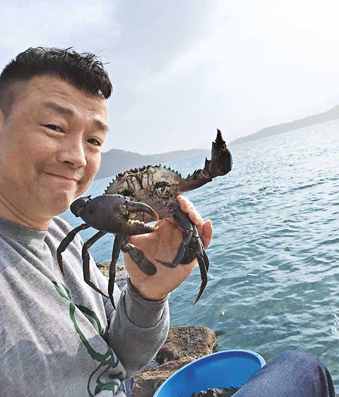 王喜不忙拍照放上fb,留言表示买了来自印尼的螃蟹往放生。