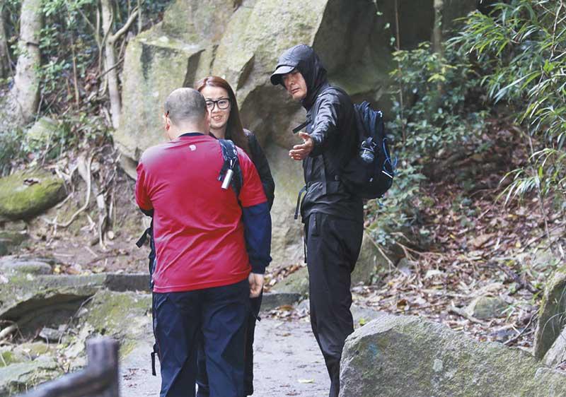 在起步处不远即被两名行山人士捕获,发哥一口答应跟行山友selfie,之后沿石梯拾级而上。