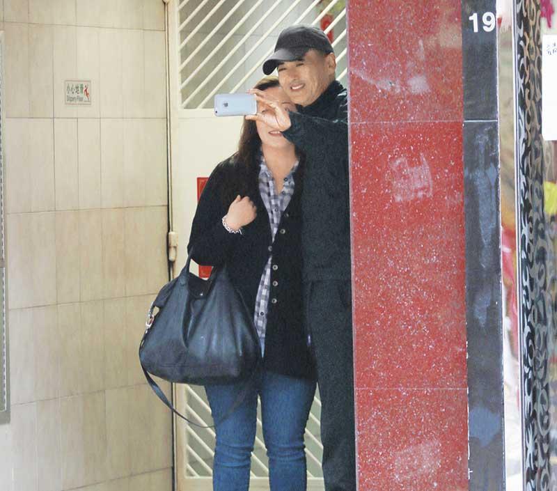 佐敦 白加士街 发哥一星期至少有5日到佐敦白加士街唐楼找师傅踩背松筋,每次大约半小时,发哥下楼前,已有数名女fans在等候。