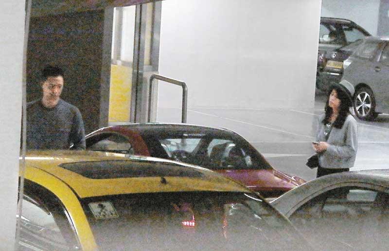 连体返归 当天两人先到超市买菜,然后由胡杏儿驾驶其红色跑车,与男友返回香闺度春宵。