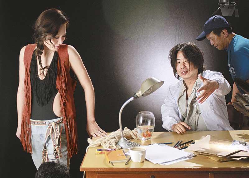 林敏骢拍广告期间,不停讲有味笑话及粗话,搞到徐子珊又好笑又尴尬。