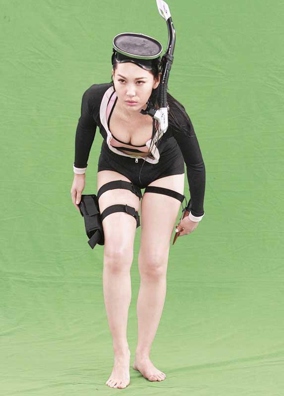 晒胸露腿 徐子珊日前拍纤体广告,有别一般三点式晒波,电视广告由林敏骢执导,有故事兼搞笑情节,徐子珊边走边脱去潜水衣,性感有型!
