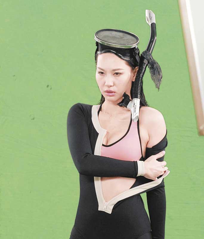 脱衣 为了配合广告情节,徐子珊慢动作脱衣。