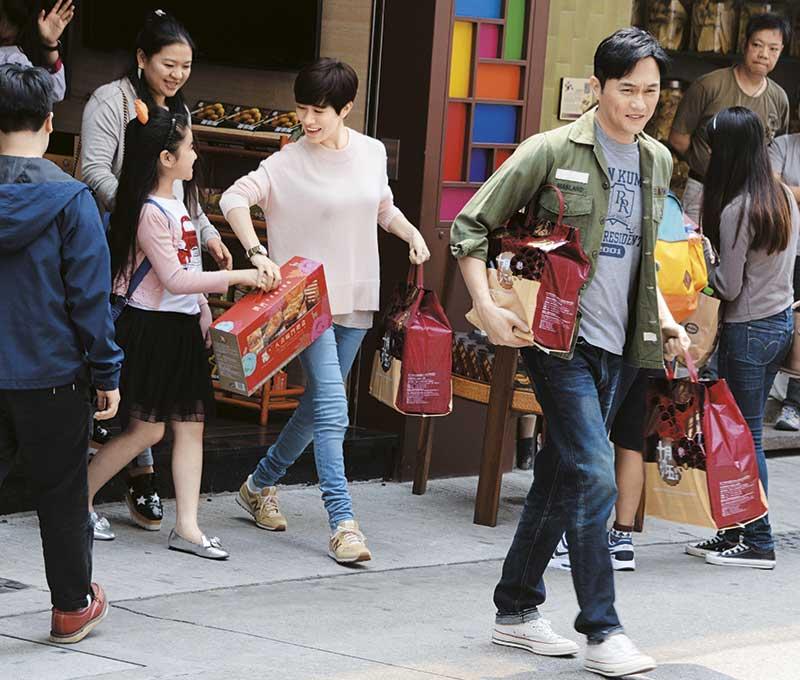 这场戏讲两个人买手信,Chilam拿着两袋重物试位,走了好几遍。