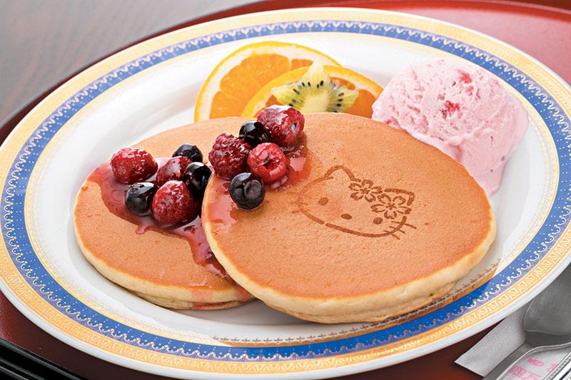 洒上桑叶茶粉的Kitty Pancake,配上抹茶雪糕及红豆蓉,不会过分甜腻。