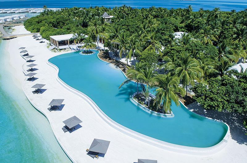 酒店拥有全马尔代夫最大型的Infinity Pool,足有50米长,全岛住客一齐在泳池都不会觉得拥挤,还可安排在泳池中的椰树下晚餐!