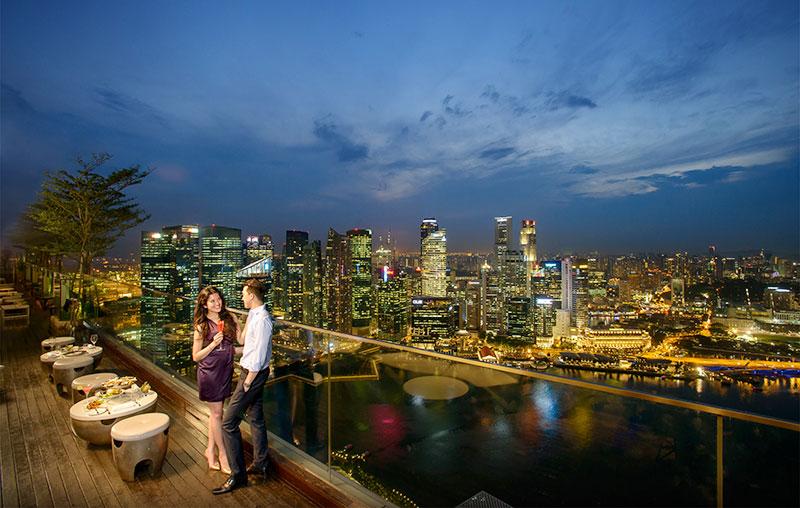开扬的室外露台对正高楼林立的市中心与海景,且开放至深夜,天气好与女友欣赏夜景,十分浪漫。