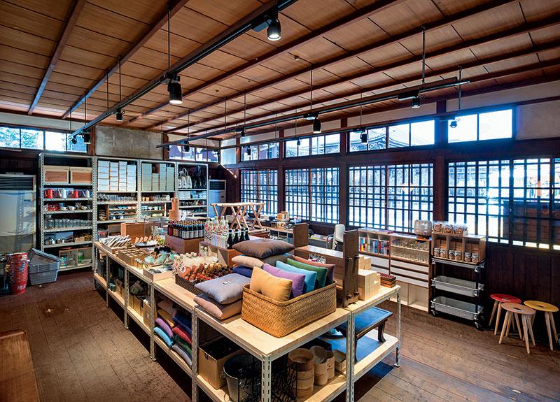 新店有超过400件商品,更设有艺廊作展览。