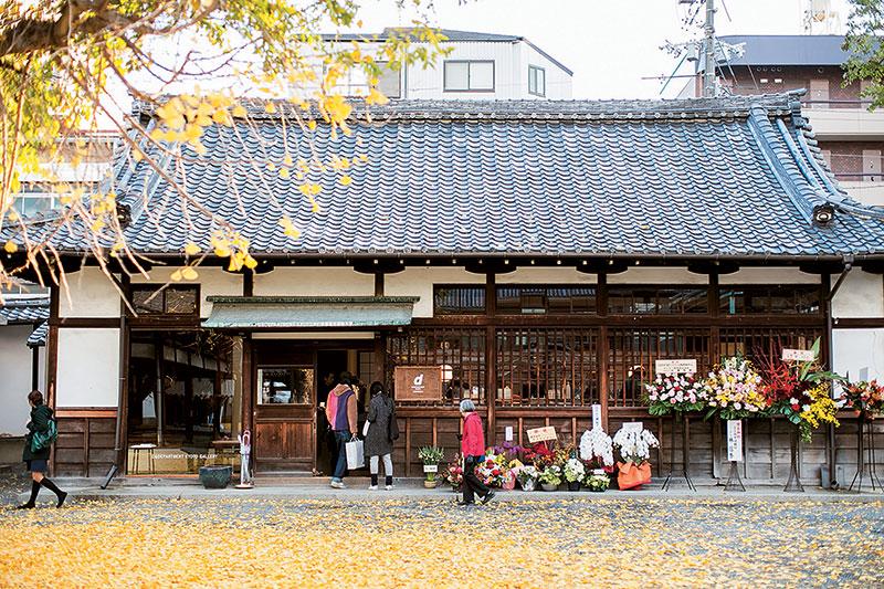 D&DEPARTMENT的新店位于京都佛光寺,除了邀请当地学生,还有僧人一起为它集思广益,加强地区特色。