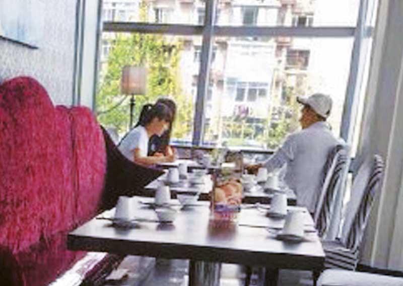 4月,陈展鹏到上海打高尔夫球,被网友踢爆偷空密会圈内女友。