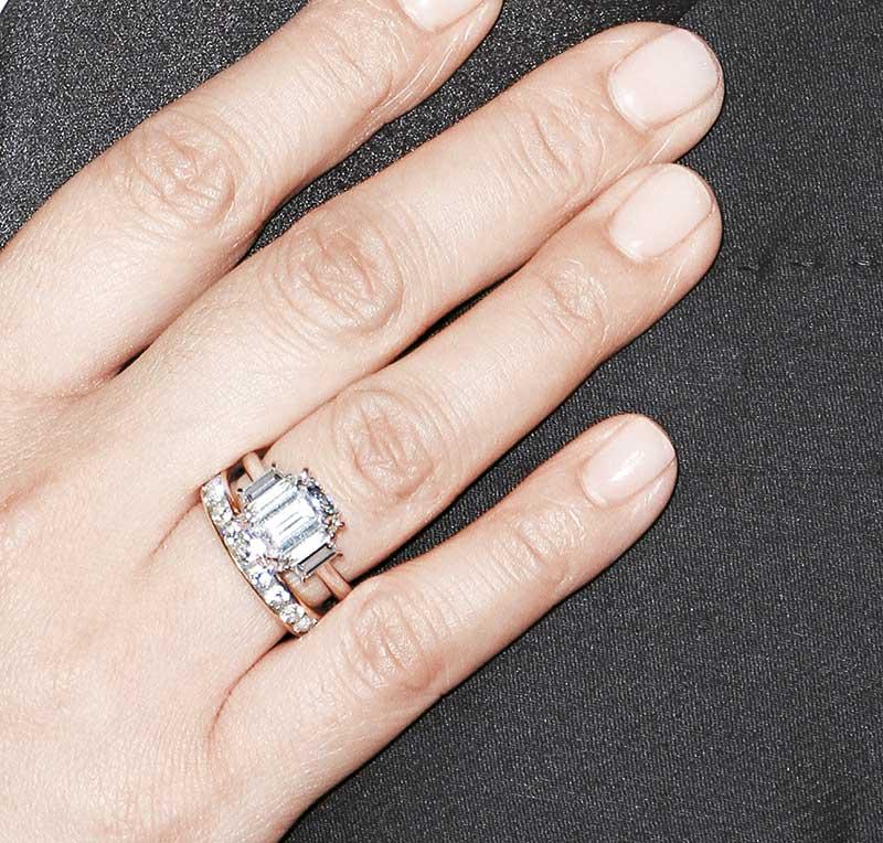 新娘子的行头更劲,黑色透视晚装配上6卡钻石结婚戒指、每边8卡钻石耳环及钻石手腕,总值约$2200万港币,闪到爆。