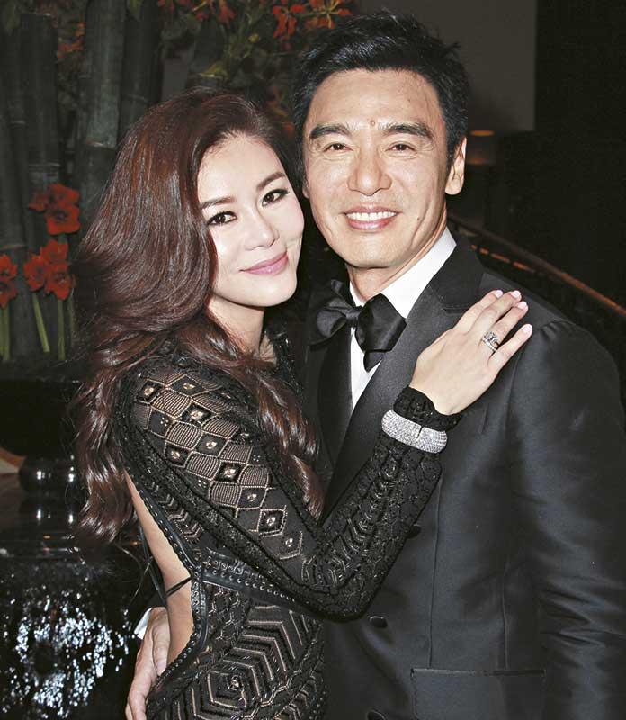 因要招呼朋友,阿B及范姜婚宴前不接受访问,婚宴后才双双受访,B哥一身黑色D squared2礼服,价值5位数字,帅气十足。