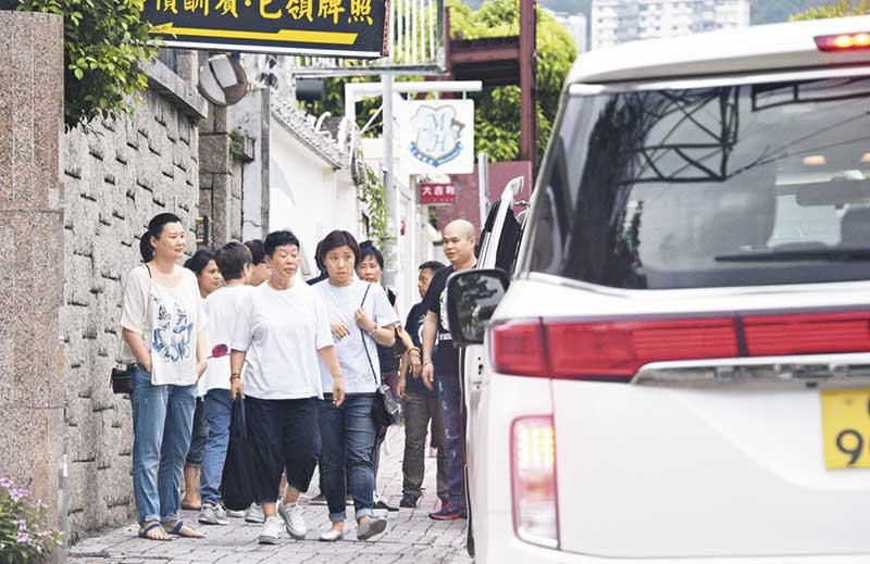 傍晚时分,发哥门口泊了3辆七人车及一架私家车,一行20人出发到元朗为发哥庆祝生日,张兆辉及太太有份出席。