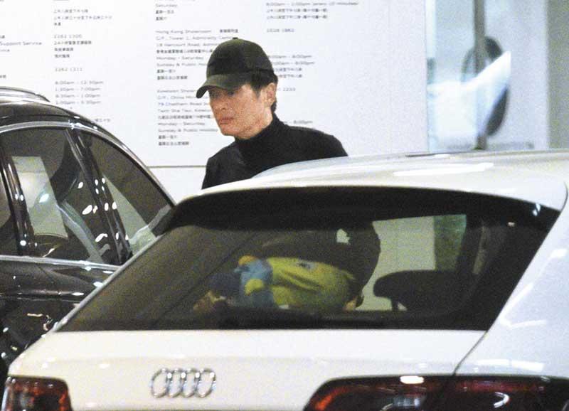 中午时分发哥驾车到九龙湾车行检查。