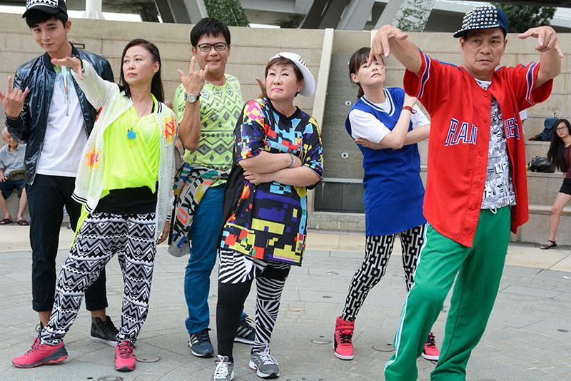 """众资深演员老来学hip hop,还要""""混""""在年轻演员里一起跳舞,也不简单啊!"""
